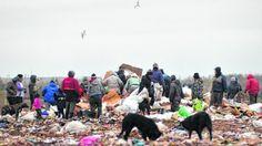 Piedra OnLine: Familias completas escarban en la basura para come...