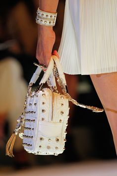 Versace spring 2012 ready-to-wear details Donatella Versace, Gianni Versace, Luggage Accessories, Handbag Accessories, Tote Handbags, Purses And Handbags, Love Fashion, Autumn Fashion, Womens Fashion