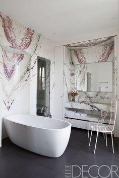 Einmaliges Badezimmer Wandsticker für nasse Räume, zwei weiße Metallstühle, Boden mit grauen Fliesen, Marmoroptik