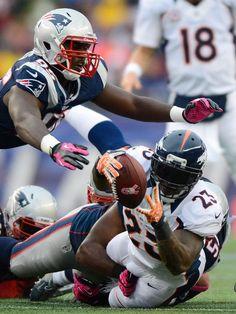 Wer das «Ei» hat, hat im American Football nichts zu lachen. Willis McGahee (r), Running Back der Denver Broncos, geht bei einem Tackling zu Boden, schafft den Touch Down aber noch vor dem heranfliegenden gegnerischen Defensive End Chandler Jones.  Aus der NFL-Begegnung im Gillette Stadion in Foxborough gehen am Ende die New England Patriots als Sieger hervor, die einen 31:21-Erfolg nach Hause bringen. (Foto: CJ Gunther/dpa)