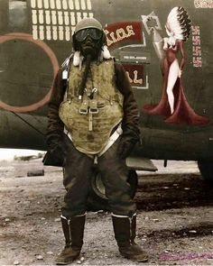 USAAF crewmember in full cold weather gear and flak armor, WWII. Note the bomber nose art in the background. Nose Art, Historia Universal, Ww2 Planes, Second World, Photos Du, Rare Photos, Military History, Historical Photos, World War Ii
