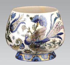 KASPÓ Zsolnay porcelánfajansz, színesen festett madár és virágmintás díszítéssel.