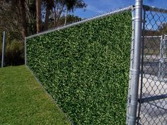 We love the look of this wire fence. Now you can easily have a green wall and beautiful privacy. Artificial leaf panels are modular and easy to install. For this surface you install it with zip ties and that's it! Fence Landscaping, Backyard Fences, Garden Fencing, Privacy Screen Outdoor, Privacy Fences, Chain Link Fence Privacy, Privacy Screens, Zip Line Backyard, Small Artificial Plants
