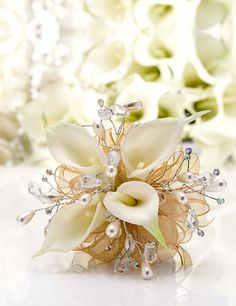 Golden Sheer Ribbon & Ivory Pearls Add Elegance to White Calla Lilies - corsage? Gold Corsage, White Corsage, Corsage And Boutonniere, Corsage Wedding, Boutonnieres, Calla Lillies Wedding, Calla Lillies Bouquet, Calla Lily, Homecoming Flowers