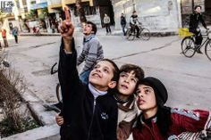 #SpeakUp4SyrianChildren Ils regardent l'avion venu pour bombarder la Ghouta !