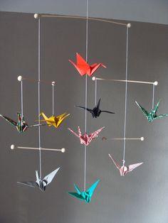 Ein echter Blickfang in jedem Raum! Mobile mit 9 Kranichen aus Chiyogami- und einfarbigem Papier, nach Origami gefaltet. Jeden Vogel ziert eine kleine