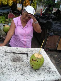 Ma première noix de coco fraîche que j'ai bue avec délice et j'ai acheté des fruits que je n'avais jamais vu June, Strawberry Fruit, Travel