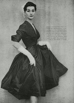 Model Anne Gunning, Grès dinner dress, April 1951 Vogue - Photo by Henry Clark Vintage Fashion 1950s, Vintage Couture, Vintage Vogue, Vintage Glamour, Retro Fashion, Look Retro, Look Vintage, 50s Vintage, Vintage Makeup