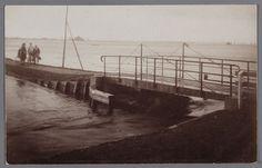 Watersnood 1916  fotograaf: Schotsman, K. (Edam) Overstroming bij Edam.  Mensen lopen op dijkje bij draaibruggetje. F018118 (prentbriefkaart), Strijd tegen het water,  Stichting Rijksmuseum het Zuiderzeemuseum http://geheugenvannederland.nl