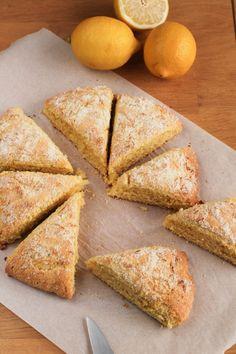 scones à la polenta et au citron -- lemon cornmeal scones Polenta, Scones, Cooking Cookies, Bon Dessert, Fodmap, Cornbread, Deserts, Good Food, Brunch
