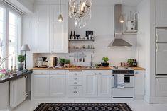 Il n'est pas totalement charmant ce studio de 35 m² avec son côté rustique du aux briques de la cuisine, son alcove avec un joli papier peint bleu pour la rendre plus intime? Some bricks and …