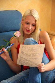 Selbst junge Menschen kaufen sich wieder schöne Stifte und verschicken Briefe oder schreiben Gedichte. Foto: djd/PILOT PEN (Deutschland)