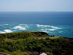 The meeting of the seas at Cape Reinga. New Zealand Road Trip to the top of the Island North Island New Zealand, Bay Of Islands, Family Destinations, Road Trip Hacks, Culture Travel, Auckland, Seas, Travel Photos, Cape