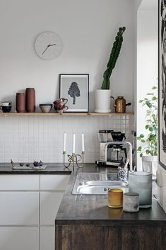 Why Everyone Is Completely Mistaken About Rustic Kitchen Shelves - Pecansthomedecor Kitchen Dining, Kitchen Decor, Kitchen Size, Kitchen Cupboard, Kitchen Shelves, Dining Table, Classic Kitchen, Kitchen Modern, Rustic Kitchen