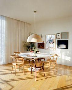 Urlaub daheim klingt langweilig? Kommt auf das Zuhause an! Wenn es so licht und luftig ist wie dieses Haus in Spanien, hört man sogar im Winter die Vögel zwitschern.
