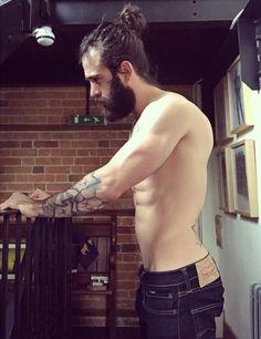 Daniel Hayes www.instagram.com/danhayes89 #beard #barba #tattoo #muscle #musculos #coque #bun