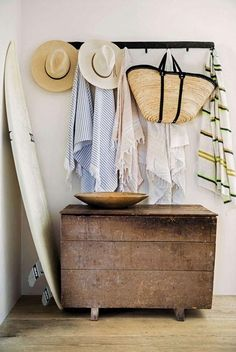 How to Get that 'Effortless Expensive California Casual' look, on a budget - Emily Henderson Beach Home Decor Beach Cottage Style, Beach Cottage Decor, Coastal Style, Coastal Decor, Beach Chic Decor, Lakeside Cottage, Coastal Living, Decoration Surf, Surf Decor
