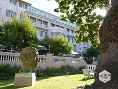 In het Belmond Mount Nelson hotel kun je op z'n oud-Engels in de glooiend groene 'garden' zitten voor een afternoon tea met scones en clotted cream. Slapen kan je er natuurlijk ook, maar wel voor filmster-prijzen. Photo: Belmond Mount Nelson hotel, Cape Town, South Africa