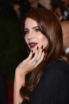 Lana Del Rey - Rossetto Rosso Scuro e Unghie Rouge Noir