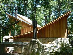 techo vs.techo. Basamento de piedra y techo liviano. Busca sol en diferentes momentos del dia.    www.estudio73.com.ar