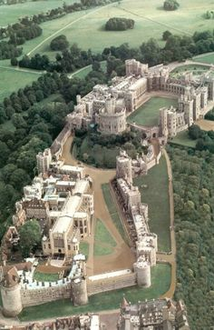 Windsor Castle in Berkshire, England. Originally built for William the Conqueror in Windsor Castle is the oldest and largest occupied castle in the world. It has been the home of 39 monarchs and today, the Queen spends most of her private. Chateau Medieval, Medieval Castle, Beautiful Castles, Beautiful Places, Places Around The World, Around The Worlds, Places To Travel, Places To Visit, Château Fort