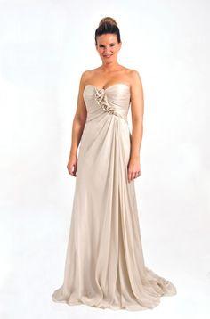 Vestido largo de novia civil realizado en gasa y en color crema. Escote en palabra de honor con ornamentación floral cruzada.