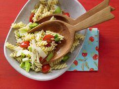 Tomaten-Pasta mit Lauch - und gehobelten Nüssen - smarter - Kalorien: 387 Kcal - Zeit: 15 Min. | eatsmarter.de