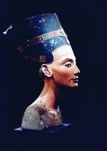 Nefertiti century BC) Egyptian queen, consort of king Akhenaten. Sculptured head found at Amarna Neues Museum, Berlin. Queen Nefertiti, Nefertiti Costume, Women In History, Art History, Black History, Egypt Museum, Ancient Egypt Art, Art Projects, Portraits