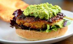 Receta sencilla para hacer unas exquisitas y saludables hamburguesas de quinoa para veganos y vegetarianos que buscan nuevas ideas de cocina.