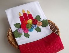 Cute if yo-yo's are done in sparkling fabrics to look more like Christmas Ornaments. Christmas Applique, Christmas Sewing, Christmas Fabric, Christmas Deco, Christmas Ornaments, Christmas Towels, Christmas Crafts For Gifts, Craft Gifts, Applique Towels