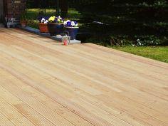 Terrassendielen aus Lärche-Holz | Helle und freundliche Atmosphäre im Garten [via Terrasse.de]