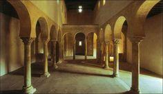 San Miguel de Escalada: 1100 años de un edificio emblemático | Qué ... Arco de herradura. Desde la entrada se puede contemplar todos los elementos de la iglesia