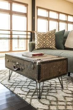 How to Make a Suitcase Coffee Table Upcycled Furniture coffee Suitcase Table Vintage Industrial Decor, Vintage Home Decor, Diy Home Decor, Industrial Style, Vintage Ideas, Vintage Diy, Vintage Design, Vintage Lighting, Vintage Stuff