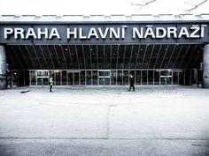 Dworzec Główny w Pradze. Jeszcze surowa marcowa pogoda.  #Praga #Prague #Praha #Prag #CzechRepublic #Czechia #Czechy #CeskaRepublika #capitalcity #city #view #architecture #black #white #blackandwhite #railway #station #hlavninadrazi #igersprague #instagram #instalike #instagood #cloudy #docelowoPraga
