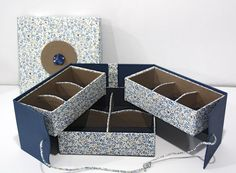 Nouvelle déclinaison du modèle de boite à bijoux de l'atelier. Gainé de tissus coordonnés.  Réalisé par Sylviane. Atelier de Carole