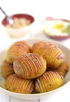 """Pieczone+ziemniaki+""""harmonijkowe""""+(zwane+też+Hasselback)+z+dwoma+dipami:+Niby+nic+oryginalnego+-+ziemniaki,+trochę+oleju,+ziółka.+Gorący+piekarnik.+Jakaś..."""