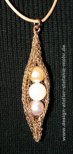 """Ketten-Anhänger """"GONDOLA"""" aus Bronzedraht gestrickt, mit 3 großen, Natur-farbenen Süßwasser-Perlen (nicht gefärbt) und einer rosé-goldfarbenen Metall-Öse.  Achtung: Jeder Clip wird nach Wunsch..."""