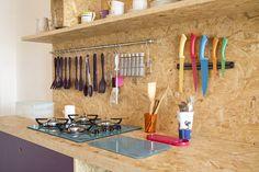 Decora Rosenbaum Temporada 1 - Kitnet. Decoração com OSB, composição utensílios de cozinha e cooktop. Foto: Felipe Felco Valle