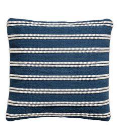 Dunkelblau/gestreift. Kissenhülle aus Baumwolle mit jacquardgewebter Vorderseite und einfarbiger Rückseite aus Canvas. Verdeckter Reißverschluss.