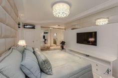 Quarto de casal com espaço para closet. Tons claros suaves e relaxantes! Amei  @_decor4home | Projeto by Adriana Piva