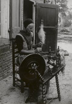 Vrouw spint vlas in Den Ham. 1899 #Overijssel #Salland #Saksen Spinning Wool, Spinning Wheels, Old Pictures, Old Photos, Vintage Photos, Yarn Projects, Black White Photos, Shadows, Needlework