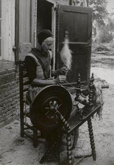 Vrouw spint vlas in Den Ham. 1899 #Overijssel #Salland #Saksen