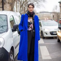 Get Bright! 13 Ways to Wear a Colorful Coat This Season via I love the graphic tee and the cool blue Model Street Style, Winter Trends, Winter 2017, Ootd, Look At You, Look Chic, Autumn Winter Fashion, Winter Outfits, Women Wear