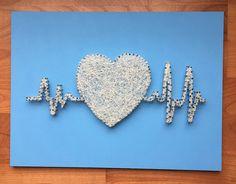 Corazón + electrocardiograma . Madera lacada en color azul claro. Hilo beige. Medidas: 30x40 cm. €22.99