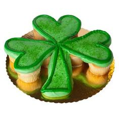 Google Image Result for http://www.deerfieldsbakery.com/images%255Citems%255Ccupcakes%255CCupcakes-Cake-Irish-Shamrock_MD.jpg