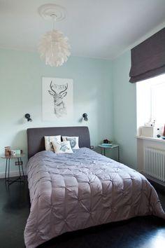 Sypialnia z czarną podłogą