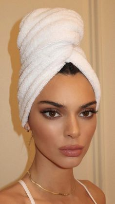 Kendall jenner makeup looks girl aesthetic makeup Kendall jenner makeup 90s Makeup Look, Black Makeup Looks, Burgundy Makeup Look, Vintage Makeup Looks, Soft Makeup Looks, Glitter Makeup Looks, Red Lips Makeup Look, Yellow Makeup, Makeup Looks For Brown Eyes