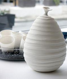 Caroline Peltier / Poire et tasses en porcelaine, décorés par la technique du Water Etching