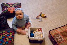 montessori infant/toddler treasure basket for exploration using real-world, non-plastic items Toddler Play, Baby Play, Infant Toddler, Baby Sensory, Sensory Tubs, Infant Sensory, Sensory Play, Baby Treasure Basket, Sensory Boxes