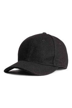 Кепка из смесовой шерсти: Кепка из фетровой смесовой шерсти. На кепке регулируемый ремешок с металлической пряжкой сзади.